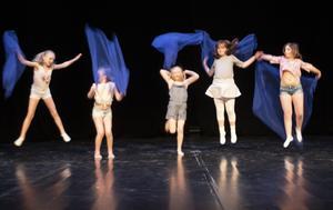 Älvor dansade på scenen.