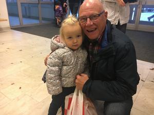 Björn Lönning hade tagit med sig barnbarnet Sally på barnmusikal.