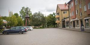 Några bilister trotsar parkeringsförbudet på Järntorget.