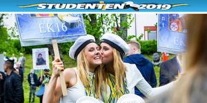 Maria Persson fick sig en kindpuss av tvillingsystern Emma under studentfirandet.
