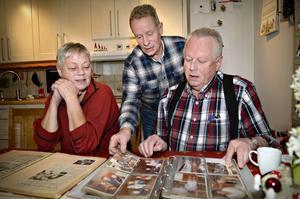 Bröderna Håkan (stående) och Sonny Grundström med sin fru Åsa. Äldsta brodern Benny var bortrest när intervjun gjordes.
