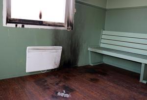 På tisdagsmorgonen fanns tydliga spår i stugan efter en eld som brunnit, och det i form av både sot och lukt.
