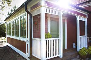 Huset har i sommar byggts ut och huset har fått en ny ingång från en veranda med snickarglädje. Hela utbyggnaden har ritats av Petra.
