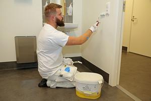 Anton Backman, KP Måleri, fixar några besiktningsanmärkningar i den blivande vårdcentralen.