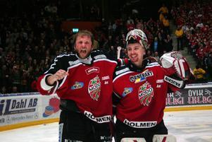 Robert Döme och Karol Krizan jublar tillsammans efter att ha slagit ut Timrå IK i en legendarisk kvartsfinalserie 2007.