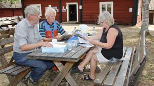 Flera föreningar samverkar för att hålla Enåkers socken levande, till exempel Enåkers hembygdsförening, Enåkers bygdegårdsförening, Runhällens byalag, Runhällen Bois bordtennis och Runhällen Bois fotboll. Gösta Persson, kyrk-Kalle Andersson och Britt Marie Blidmo Hedlund är med i flera av dem.