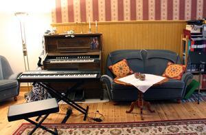 Musikrummet i den gamla skolsalen har blivit Saras arbetsrum.