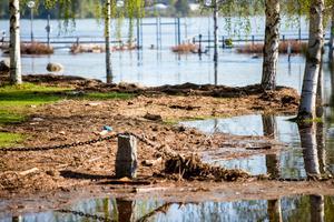 När vattnet sjunker undan på Långnäs ligger skräpet kvar.