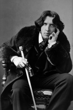 Den alltid lika oklanderligt klädde Oscar Wilde, här 30 år gammal. Foto: Napoleon Sarony