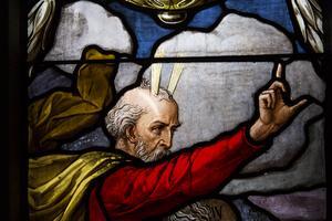 Någon har dragit ett streck med fingret i pannan på Moses. Där ser man hus skitigt glaset är i fönstren i kyrkan. Det är totalt 23 fönster som ska rengöras och renoveras.