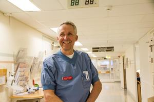 Kenneth Smedh brinner för att hjälpa människor.  Hans expertis räddar patienter på tarmkirurgen.  På senare tid har han trappat ner på antalet operationer för att få mer tid att stötta yngre medarbetare. Han vill säkra återväxten.