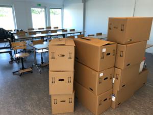 Flyttkartongerna väntar på uppackning i klassrummet på den nya modulskolan. FOTO: ROBERT ÖSTERLIND/Sala kommun