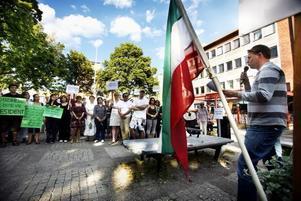 – Vi fördömer den iranska regimen som krossar allt motstånd, sa Hans Backman, FP, riksdagsledamot för Gävleborg.