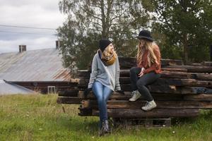 Vännerna Johanna Bakke till höger och Sara Andersson till vänster vill att det ska hända något i Järvsö även efter att sommaren har tagit slut. Därför bestämde de sig för att anordna en musikfestival i höstmörkret.