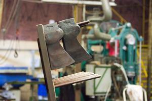 Under det senaste året har tillverkningstakten ökat i yxfabriken.