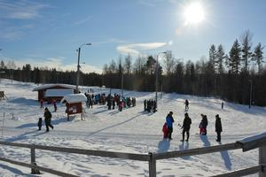 Solen sken över Alnö skidstadion under skidans dag.