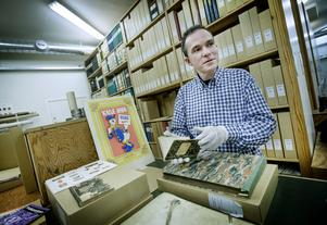 Håkan Henriksson, arkivarie, med några av rariteterna i Arkivcentrums samlingar. – Här ryms tidigare generationers livshistoria, både människors arbete och föreningsliv, konstaterar han.