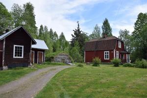 Byggt 1914, kök med vedpanna,  entréplan renoverades mellan 2005-2007. Foto: Fastighetsbyrån Gagnef