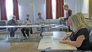 Kanslichefen Eva Kristina Andersson (stående) sprättade kuverten med de sista rösterna som kommit in från valet. På plats i Hellqvistsalen fanns också bland andra politikerna i valnämnden.
