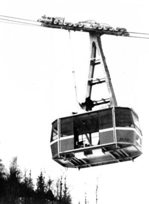 En lite suddig bild från den första testkörningen.  Man hade planerat för en kabin som rymde 120 personer men det blev till slut en för 85 personer.
