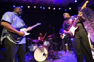 Shawn Holt and the teardrops från Nebraska, USA lirar blues när den svänger som bäst, dock är den så rätt att den blir lite trist enligt vår recensent.