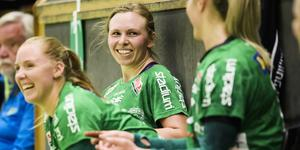 Alexandra Bjärrenholts Skuru är på väg mot SM-final – samtidigt som hon återigen får chansen i det riktiga landslaget. Då har man all anledning att bjuda på ett leende. Foto Erik Simander / TT
