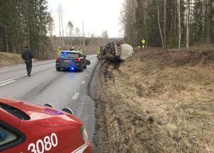 Tankbilen höll undan åt höger för en mötande bredtransport och då gav vägkanten vika.