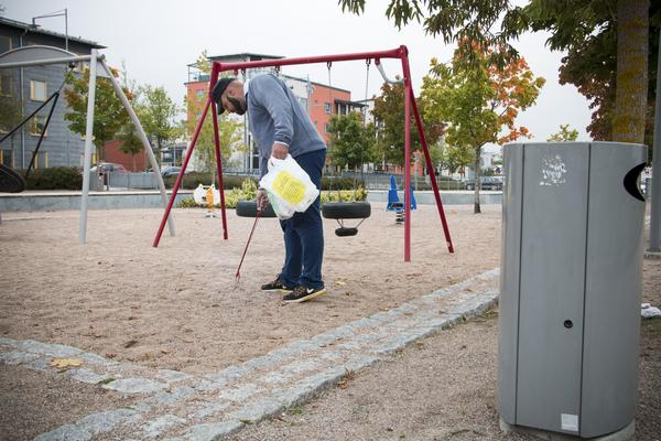 Det finns gott om soptunnor ändå hamnar skräpet på marken konstaterar Anders Sörell.