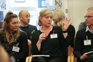 Lisa Nilsson, projektledare för Hållbar stadsutveckling, vill skapa en plattform där man tillsammans kan lösa samhällsproblemet med otrygga offentliga platser. Hon hoppas att det finns ett fortsatt intresse och att de snart kan ta nästa steg. Lindha och Nicklas lyssnade noga på Lisa.