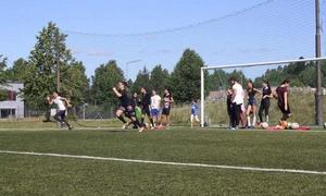 Förutom sina veckoträningar arrangerar Albera Jene även ett summercamp varje sommar där hon tillsammans med andra ledare  låter unga tjejer få testa på fotboll under en vecka. Här bild från i somras.
