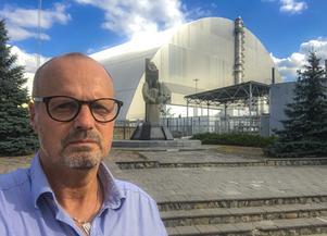 Peter framför sarkofagen som byggts över kärnkraftverket i Tjernobyl.