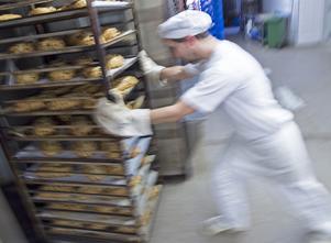 Livsmedelsbranschen – från jordbruk till bagerier, mejerier och annat – har ett skriande behov av att rekrytera personal. Foto: Jens Meyer/AP Photo