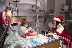 Tomten Olivia Åhs träffar Joline Eriksson och hennes storasyster Alicia som båda ligger sjukhuset.