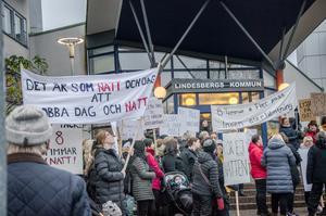 Upprörda demonstranter utanför kommunhuset i Lindesberg.