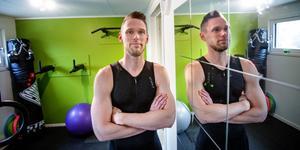 Jonas Andersson från Hölö satsar på triathlon. I sin källare har han byggt sitt eget gym.