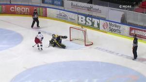 Kalle Östman bjuder på hockeygodis när han gör 1–0 på straff. Bild: Cmore.