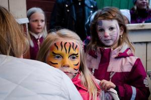 Selma Linds och Elvira Bostard blir sminkade till tiger och kanin.