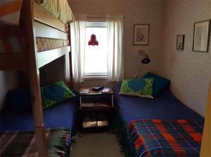 Sovrummet innehåller tre sängplatser. Bild: Leif Berglund