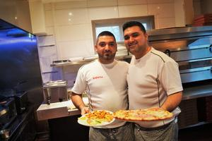 Bröderna Jean och Georges Chabo på Espana pizzeria ordnade med gratis julbuffé för pensionärer.