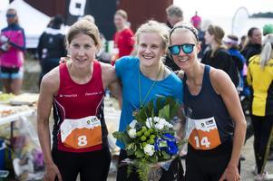 Pallen i damernas 21 kilometer. Från vänster: trean Johanna Bygdell, Öbacka, vinnaren Maja Falk, Ulricehamn och tvåan Fanny Borgstöm, Duved.
