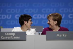 Förbundskansler Angela Merkel och CDU:s partisekreterare Annegret Kramp-Karrenbauer. Om CDU behåller sin mittenkurs har  Annegret Kramp-Karrenbauer goda chanser att efterträda Merkel.