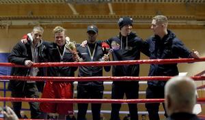 Robin Wesström, Lars Furuström, Abdi Noor, Joel Persson och William Bernad var BK Falkens boxare som reste hem från Östersund med vandringspokalen. Noor, i mitten, blev dessutom utsedd till bästa seniorboxare.