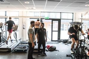 Fystränarna Mattias Mattsson och Andreas Berglund under ett träningspass i det nya gymmet i Behrn arena.