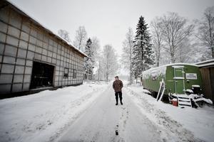 I gröna kuren på ena sidan vägen började han göra öllådor till Jädraöl, mitt emot har han byggt upp sågen han nu arbetar i.