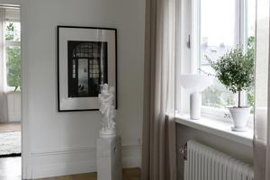 Det vita statyn är inhandlad i antikbutik i Stockholm. Magnus köpte den som en överraskning. Lampan i fönstret heter Kizu och är köpt på Nordiska Galleriet. Foto: Helena Köhl