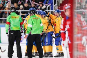 Sverige jublar efter Per Hellmyrs reducering till 1–2. Bild: Rikard Bäckman/Bandypuls.se /TT.