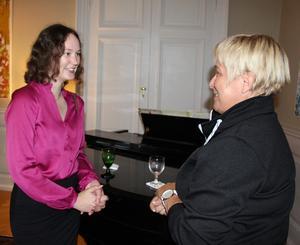 Sofia Hallefält studerar till lantmätare. Under kvällen kom hon i samspråk med Birgit Elonen, som representerade Murtec. Bostadsgarantin för studenter var det avgörande för att Sofia valde Gävle för sin utbildning. – Det är kul och intressant att träffa olika företagare här, sa hon.