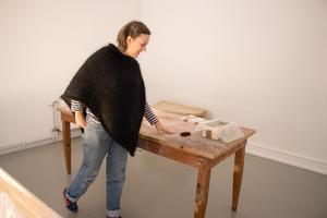 Cecilia Enberg med ett bord de tagit upp från Centralpalatsets källare.