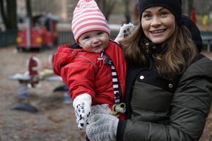 Storasyster Maria Philipsdotter Hagberg med dottern Flora, som också är Malins guddotter.
