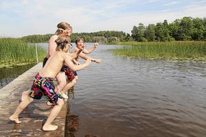Innan vattennivån sänktes kunde man på somrarna bada och ha kul vid Muskan i Ösmo.Foto: Gunnar Jacobsson